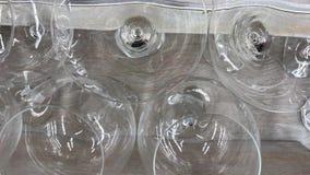 Glaswarenmakroabschluß oben Kanten von leeren Gläsern stellten für den Sekt ein, der zugebereitet wurde gegossen zu werden Flache stock footage