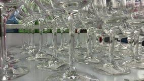 Glaswarenmakroabschluß oben Kanten von leeren Gläsern stellten für den Sekt ein, der zugebereitet wurde gegossen zu werden Flache stock video