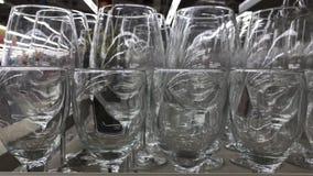 Glaswarenmakroabschluß oben Kanten von leeren Gläsern stellten für den Sekt ein, der zugebereitet wurde gegossen zu werden Flache stock video footage