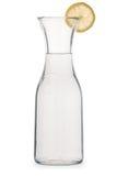 Glaswaterkruik water met citroenwig Royalty-vrije Stock Foto's