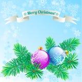 Glasweihnachtsbälle auf Schneeflockenhintergrund Stockfotos