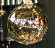 Glasweihnachtsball Tranparent mit Gold und Rot Lizenzfreie Stockfotografie