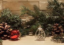 Glasweihnachtsdekoration und eine rote Glocke stockbilder