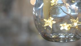 Glasweihnachtsdekorationen auf dem Hintergrund stock video footage