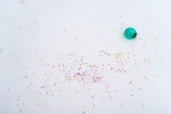 Glasweihnachtsdekorationsblau mit Konfettis Lizenzfreie Stockfotos