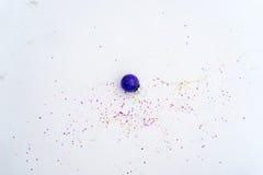 Glasweihnachtsdekorationspurpur mit Konfettis Stockfotografie