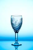 Glasweinglas, das es auf dem Hintergrund steht stockbild