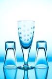 Glasweinglas, das es auf dem Hintergrund steht lizenzfreies stockbild