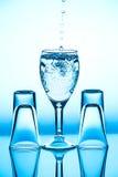 Glasweinglas, das es auf dem Hintergrund steht lizenzfreie stockfotografie