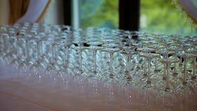 Glaswerk macro dichte omhooggaand De randen van lege die glazen voor mousserende wijn worden geplaatst troffen worden gegoten voo stock video