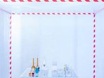 Glaswerk op het experimenteren in het laboratorium wordt voorbereid dat Stock Afbeeldingen