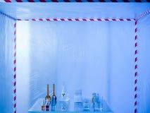 Glaswerk op het experimenteren in het laboratorium wordt voorbereid dat Stock Foto's