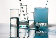 Glaswerk tijdens experiment met blauwe dampen Stock Foto