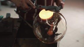 Glaswerkstatt Durchbrennende Glasprodukte, das Herstellungsverfahren das Produkt, Abschluss oben stock video footage