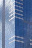 Glaswolkenkrabber met blauwe die hemel en wolken in vensters worden weerspiegeld Royalty-vrije Stock Foto's