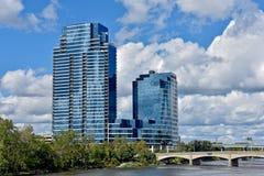 Glaswolkenkrabbers op rivier in Grand Rapids Michigan stock afbeeldingen