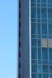 Glaswolkenkratzer auf blauem Himmel des Hintergrundes Lizenzfreies Stockbild