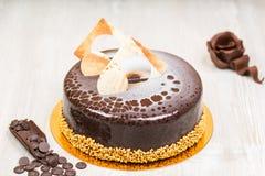 Glasyrkakan med choklad steg på tabellen royaltyfri fotografi