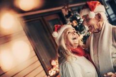 Glat åldrigt par som tillsammans spenderar Xmas-ferier royaltyfria foton
