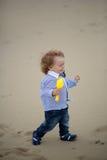 Glat behandla som ett barn pojken på stranden Arkivfoto