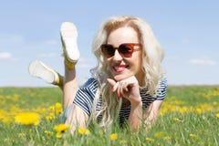 Glat flickasammanträde på gräset Royaltyfria Foton