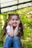 Glat flickasammanträde på trappa royaltyfri bild