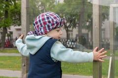 Glat glat lyckligt barn Arkivbild