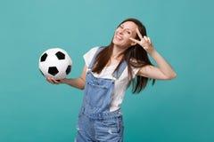 Glat kvinnafotbollsfanjubel upp det favorit- laget för service med tecknet för seger för visning för fotbollboll som isoleras på  fotografering för bildbyråer