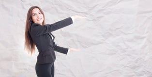 Glat kvinnligt chefinnehav något som är stor arkivfoton