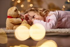 Glat litet barn som spelar med leksaken arkivfoto