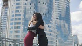 Glat möte av affärspartners stående av två affärskvinnor som kramar sig arkivfilmer