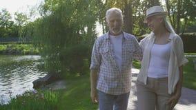 Glat mogna par som tar en promenad i natur lager videofilmer
