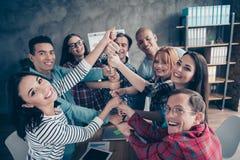 Glat positivt chefpartnerpartnerskap som coworking samarbeta enhetgemenskap som in tycker om klädda tillfälliga skjortor royaltyfri fotografi