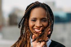Glat svart kvinnligt utomhus model stilfullt Arkivbild