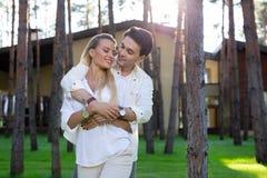 Glat trevligt gift par som är lyckligt tillsammans royaltyfria bilder