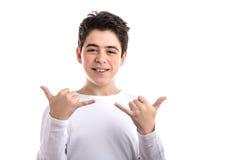 Glatt-enthäuteter kaukasischer Junge, der shaka Geste mit beiden Händen tut stockbilder
