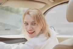 Glatt fahren Reisen durch Straßentransport Hübsche Frauenreise durch Automobiltransport Eco freundlich und stützbar stockfotos