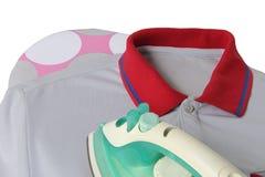 Glatt machen eines zufälligen Hemdes mit Eisen auf dem Brett Stockfoto