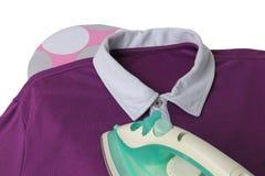 Glatt machen eines zufälligen Hemdes mit Eisen auf dem Brett Stockfotos