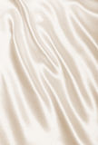 Glatte elegante goldene Seiden- oder Satinbeschaffenheit als Hintergrund In Se Lizenzfreie Stockbilder