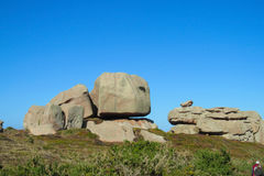 Glatte Felsen am grünen Hügel Stockfoto