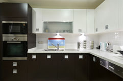 Glatte moderne Küche stockfotos