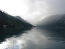 Glatte Oberfläche des Wassers eines Seegolfs Stockfoto