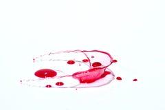 Glatte rote flüssige Tröpfchen (plätschert), lokalisiert auf Weiß Lizenzfreie Stockfotografie