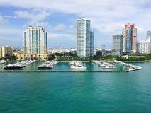 Glatte Stadt-Wolkenkratzer, die schönen Ozean-Jachthafen von Yachten und von Booten einfassen Lizenzfreie Stockfotos