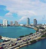 Glatte Stadt-Wolkenkratzer, die schönen Ozean-Jachthafen von Yachten und von Booten einfassen Lizenzfreie Stockfotografie