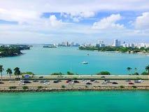 Glatte Stadt-Wolkenkratzer, die schönen Ozean-Jachthafen von Yachten und von Booten einfassen Stockfotografie