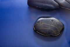 Glatte Steine im Wasser Lizenzfreie Stockfotografie