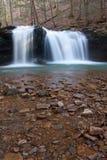 Glatte Steine und Wasserfall Lizenzfreie Stockbilder