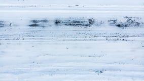 Glatte Straße im Winter Schwieriger Verkehrsbereich, Drohung des Verkehrsunfalls Dringende Aufgabe für Kommunaldienstleistungen lizenzfreies stockbild